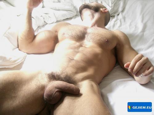 Голый парень в постели фото